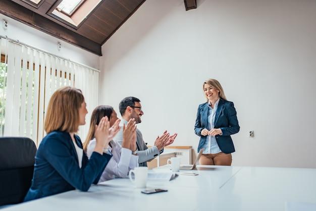 Les gens d'affaires applaudissent à un chef ou à un collègue.