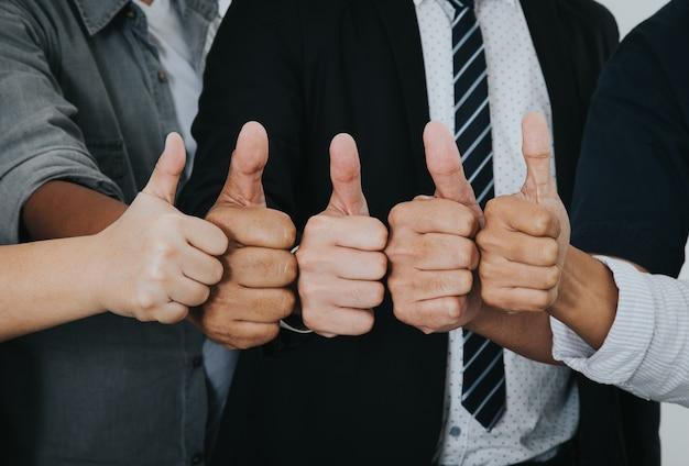 Gens d'affaires asiatiques bravo très bon symbole ensemble. concept d'unité et de travail d'équipe.