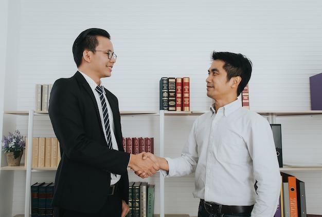 Gens d'affaires asiatiques handshake, finissant la réunion, concept de voeux.
