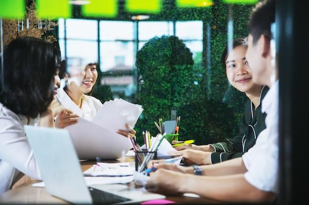 Gens d'affaires asiatiques travaillant ensemble sur le projet et de brainstorming au bureau de nuit
