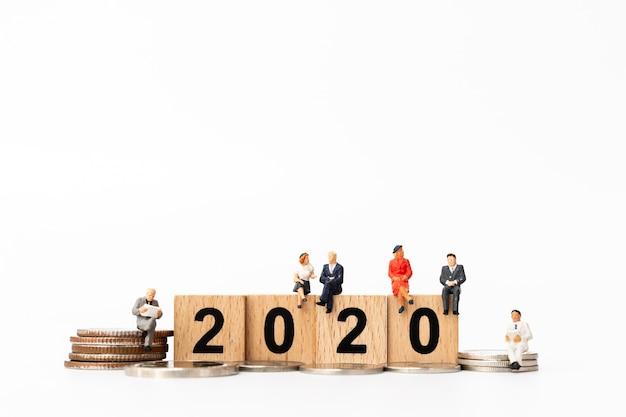 Gens d'affaires assis sur un bloc de bois numéro 2020