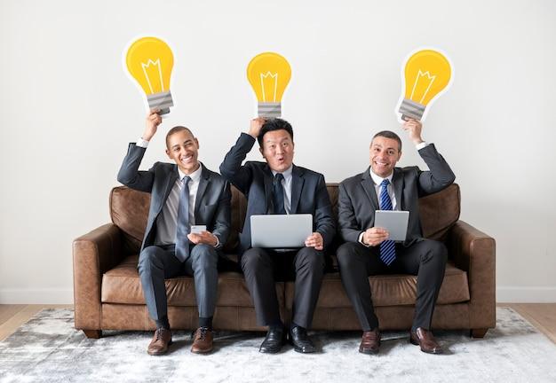 Gens d'affaires assis avec des icônes