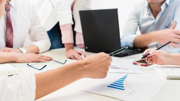 Gens d'affaires au bureau faisant un plan et analysant