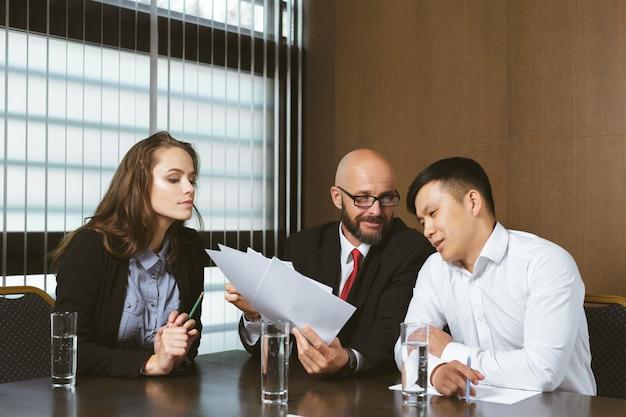 Gens d'affaires au bureau moderne