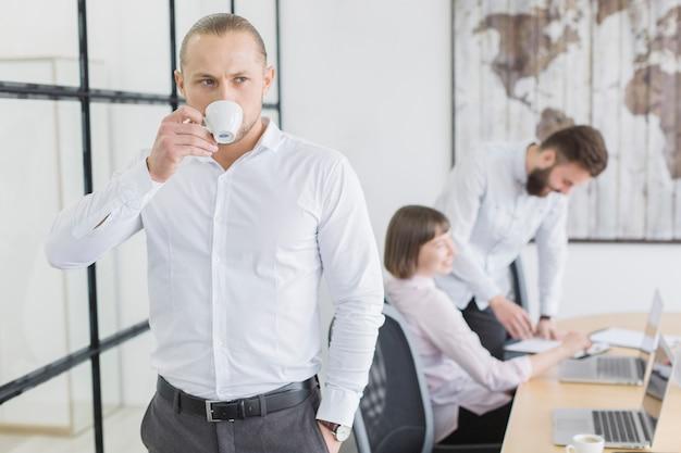Gens d'affaires au bureau