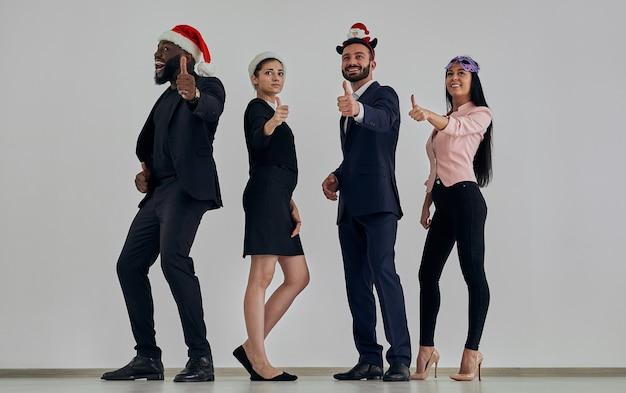 Les gens d'affaires au chapeau rouge faisant des gestes sur le fond du mur blanc