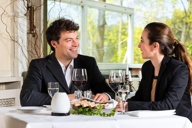 Les gens d'affaires ayant un déjeuner d'affaires dans un restaurant gastronomique