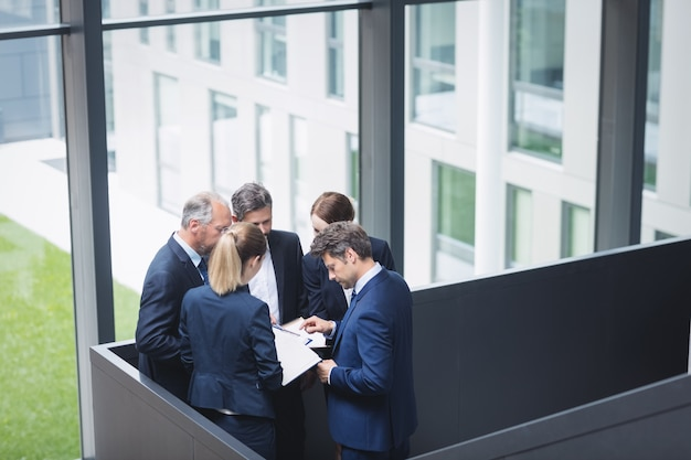 Gens d'affaires ayant une discussion au bureau