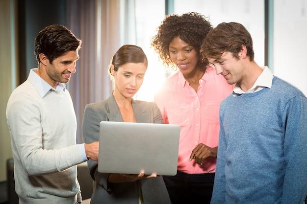 Gens d'affaires ayant une discussion sur un ordinateur portable