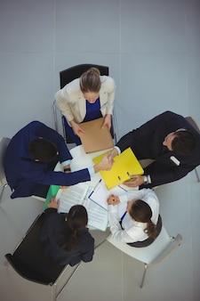 Gens d'affaires ayant une discussion en réunion
