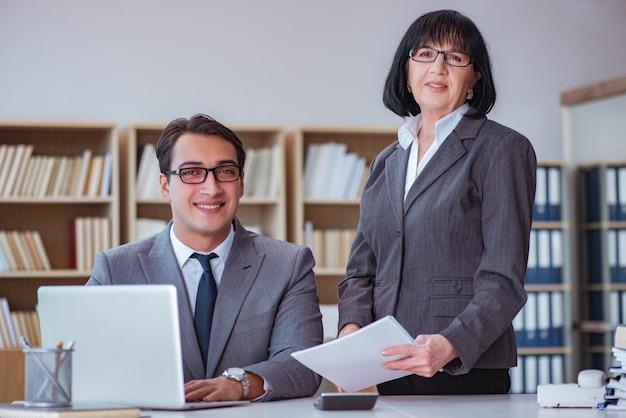 Les gens d'affaires ayant des discussions d'affaires au bureau