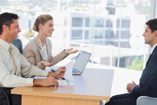 Gens d'affaires ayant une interview