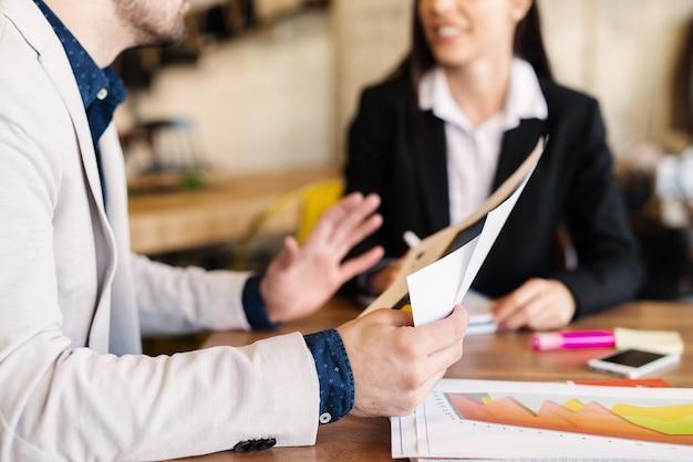 Gens d'affaires ayant une réunion au café.