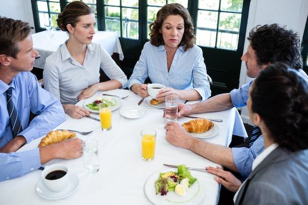 Gens d'affaires ayant une réunion au restaurant