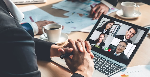 Gens d'affaires ayant une réunion en ligne