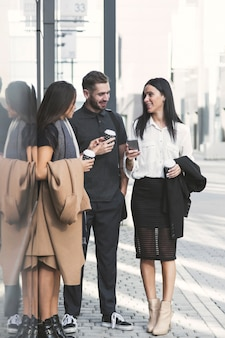 Gens d'affaires avec café et smartphone