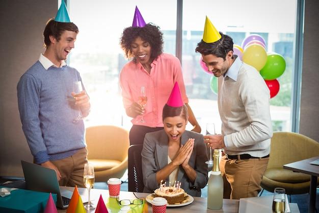 Gens d'affaires célébrant l'anniversaire