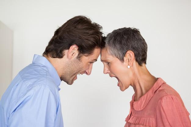 Gens d'affaires en colère criant les uns aux autres