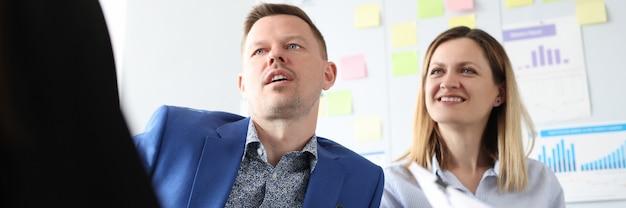 Les gens d'affaires communiquent lors d'une formation de perfectionnement en promotion des affaires