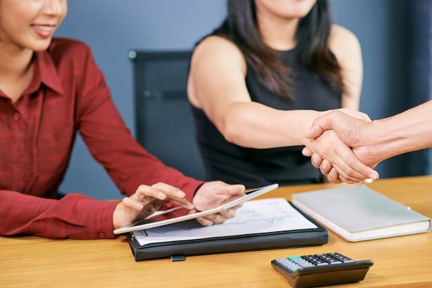 Gens d'affaires concluant un accord
