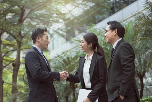 Les gens d'affaires concluent un accord de handshake