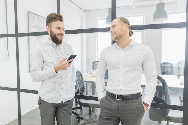 Gens d'affaires conversant dans le bureau