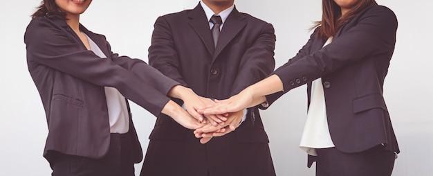 Les gens d'affaires coordonnent les mains. concept d'équipe
