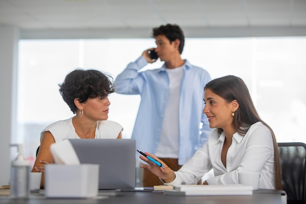 Gens d'affaires de coup moyen avec ordinateur portable