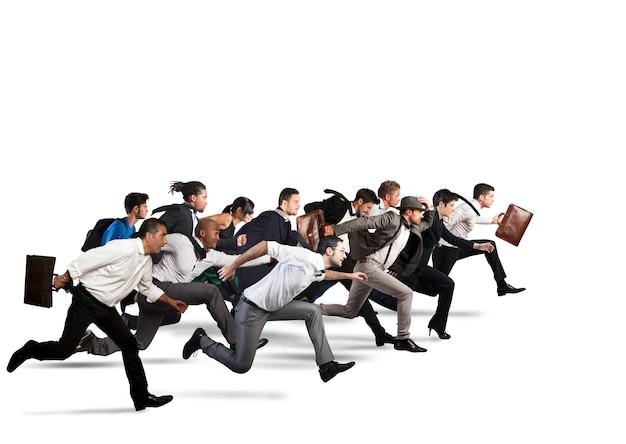 Les gens d'affaires courent ensemble dans la même direction