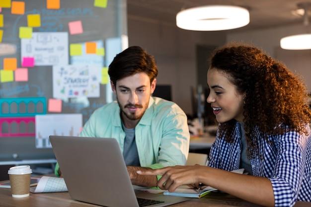 Gens d'affaires créatifs travaillant au bureau au bureau