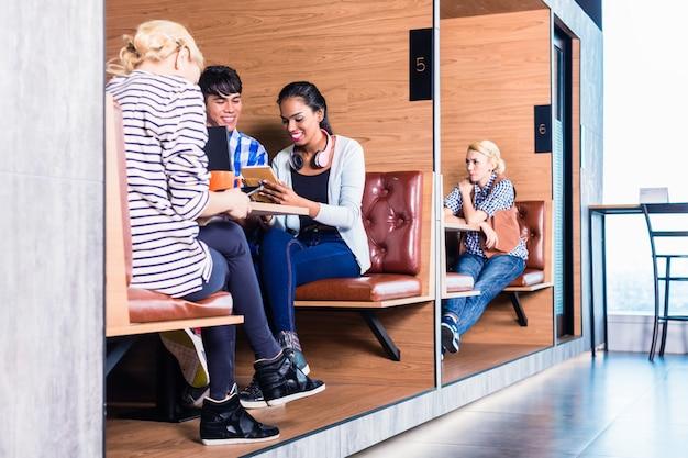 Gens d'affaires créatives dans l'espace de coworking