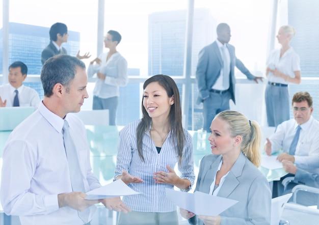 Gens d'affaires dans une discussion