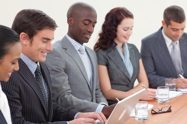 Gens d'affaires dans une réunion de prendre des notes