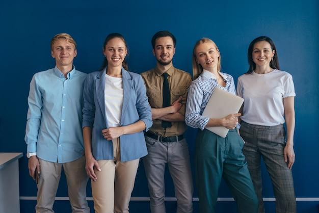 Gens d'affaires debout ensemble. équipe de jeunes professionnels se tenant ensemble et regardant la caméra.