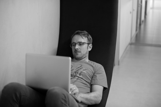 Gens d'affaires de démarrage travaillant sur ordinateur portable