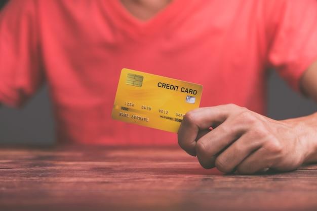Les gens d'affaires détiennent des cartes de crédit