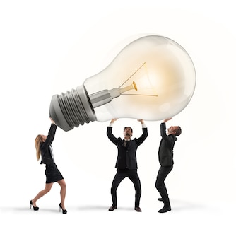 Les gens d'affaires détiennent un concept d'ampoule de nouvelle idée et de démarrage de l'entreprise