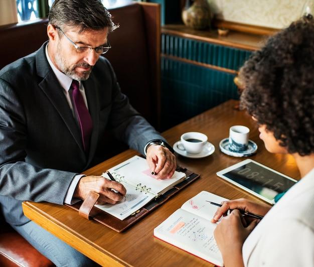 Gens d'affaires discutant dans le café