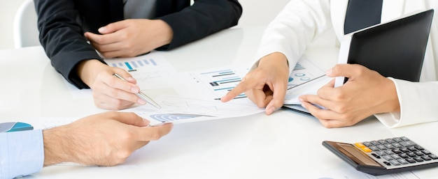 Gens d'affaires discutant d'un document financier lors de la réunion