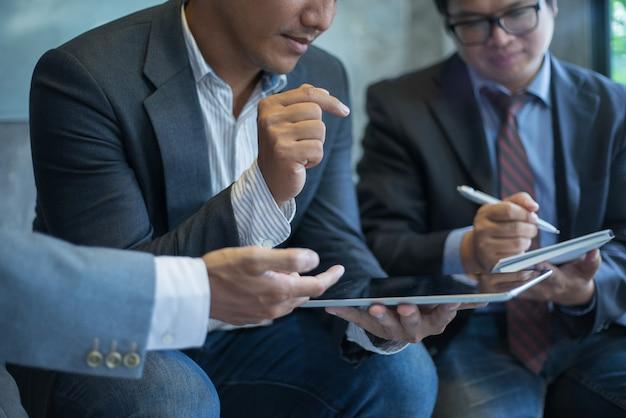 Gens d'affaires discutant ensemble dans la salle de réunion
