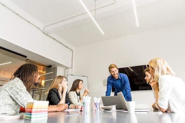 Gens d'affaires discutant d'une stratégie et travaillant ensemble au bureau