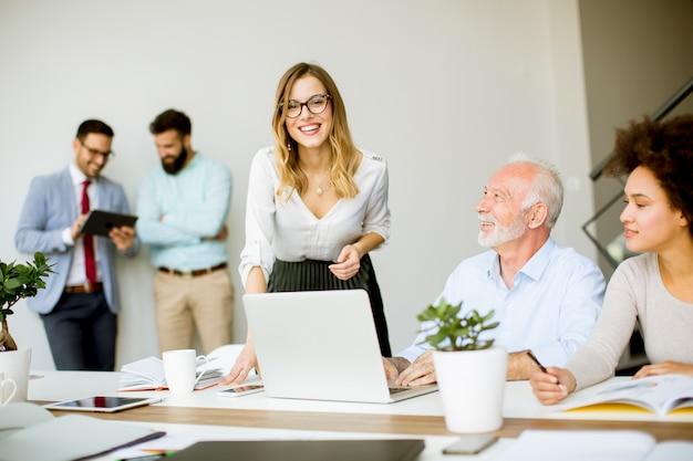Gens d'affaires discutant d'une stratégie et travaillant ensemble dans le bureau moderne