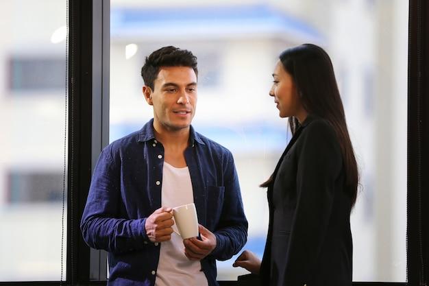 Les gens d'affaires discutent de la planification de projet avec un collègue sur le lieu de travail