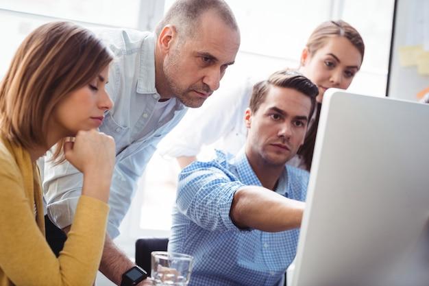 Gens affaires, discuter, utilisation, ordinateur portable