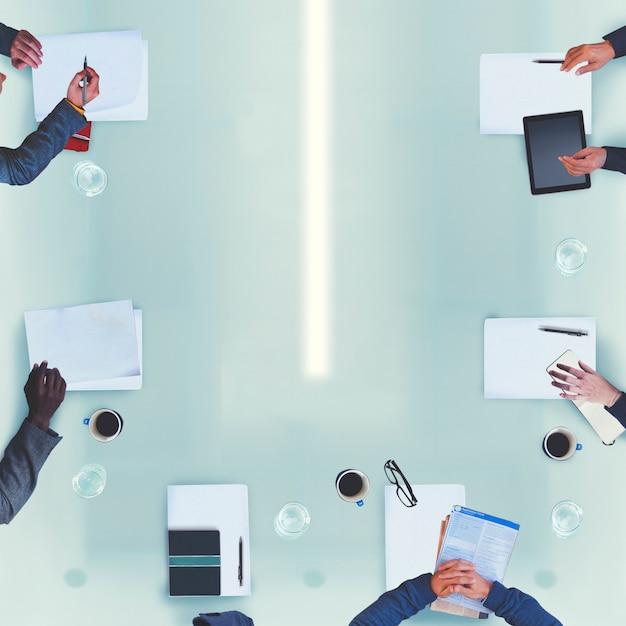 Gens d'affaires divers ayant un concept de bureau de réunion