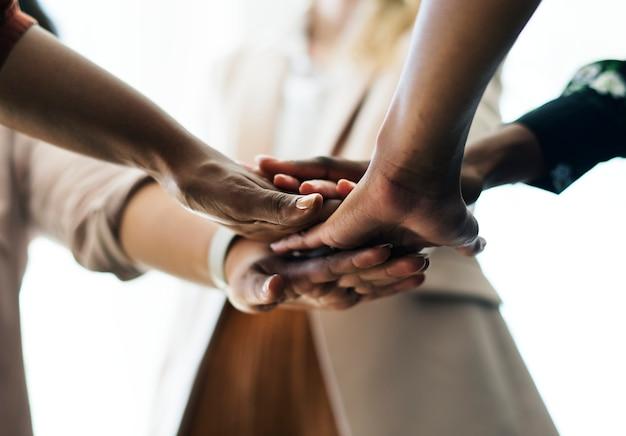 Gens d'affaires empilant les mains au milieu