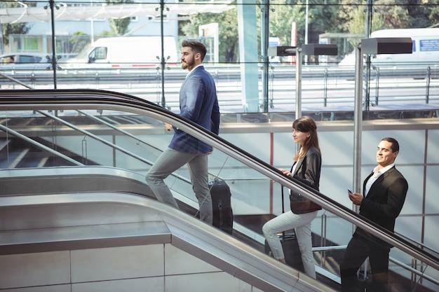 Gens d'affaires sur l'escalator