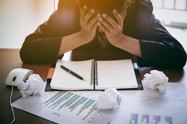 Les gens d'affaires est stressé d'être au chômage, concept d'entreprise
