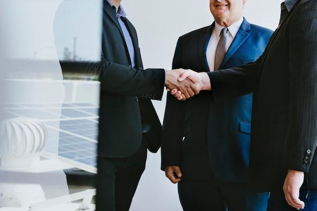 Gens d'affaires faisant un accord