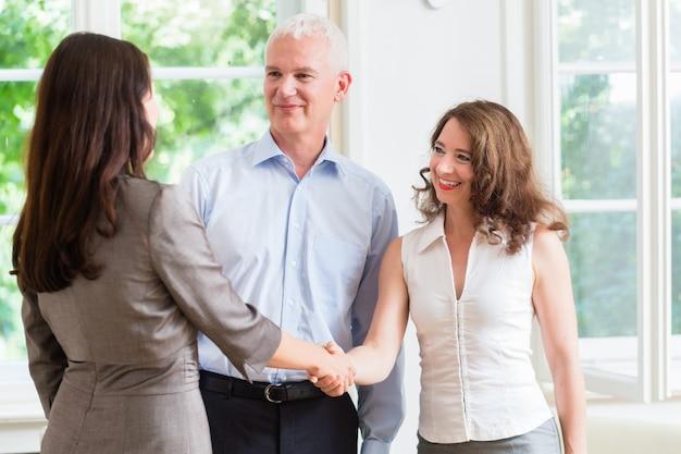 Gens d'affaires faisant la poignée de main après accord